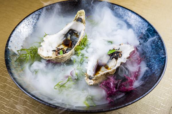 Ostra francesa con ponzu cítrico y ensalada de algas hijiki con tobiko y mizuna, Bacira